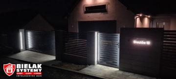 Realizacja instalacji wideodomofonu, nowoczesny budynek w nocy